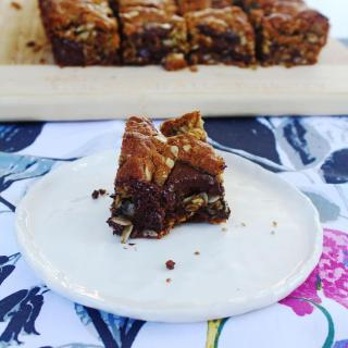 Peanut Butter Chocolate Oaty Slice - A deliciously chewy and chocolatey slice, this oatmeal slice is even better than a cookie!