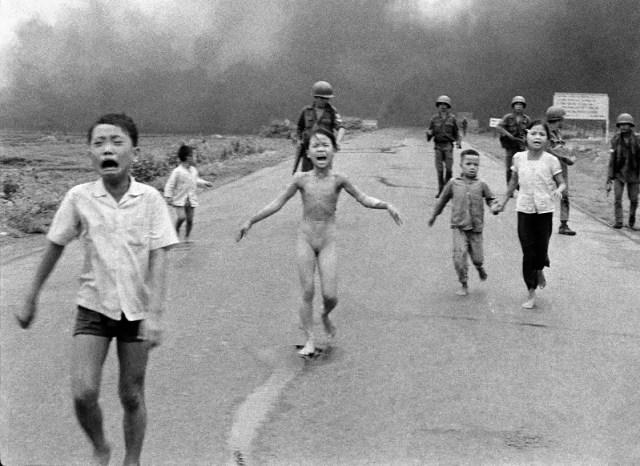 Nick Út: The Associated Press, Napalmangriff in Vietnam, 1972 © Nick Út/AP. Aus der Ausstellung AUGEN AUF! - 100 JAHRE LEICA-FOTOGRAFIE, 24. Oktober 2014 bis 11. Januar 2015 in den Deichtorhallen Hamburg / Haus der Photographie.