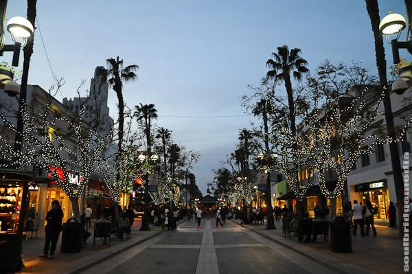 Free Christmas Spirit in Los Angeles; third street promenade christmas time