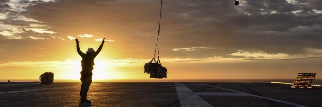 Helikopter laat pakket landen.