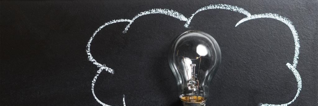 idee lamp op blackboard