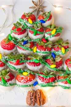 This cute and easy WHITE CHOCOLATE COVERED STRAWBERRIES CHRISTMAS TREE is sure to be the hit of any holiday party! Celebrate Christmas in style.