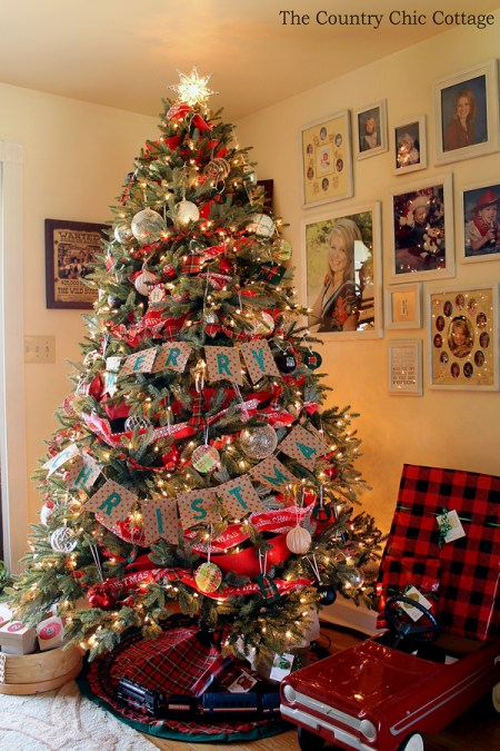 I am in love with this rustic farmhouse Christmas tree! Includes plaid ornaments that anyone can make!