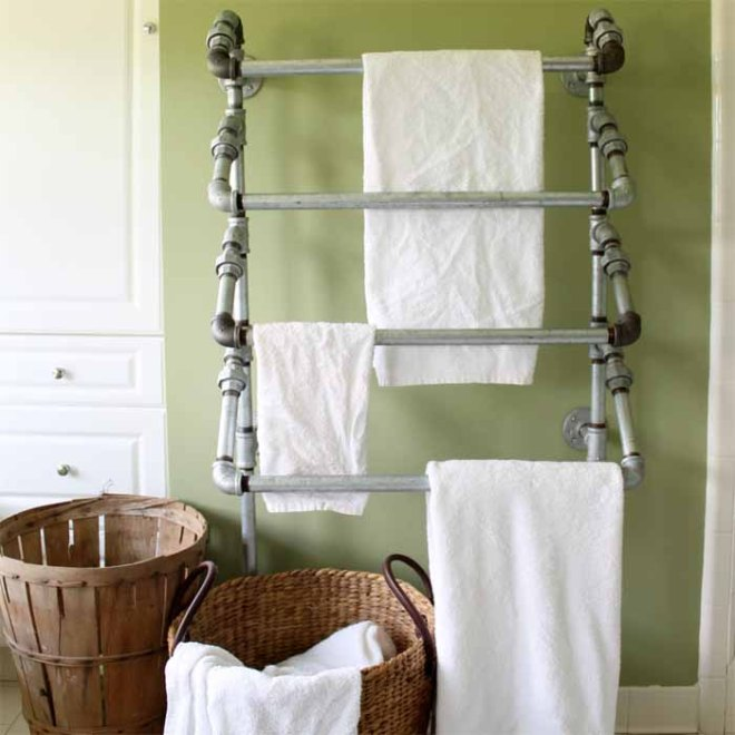 This rustic towel rack is easy to make yourself with pipes!
