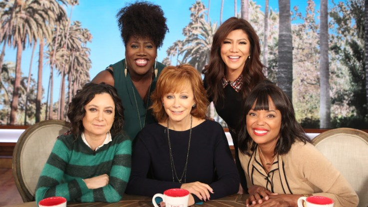 Reba Mcentire Christmas Guest.Reba Brings Christmas Cheer As Guest Co Host Performs On