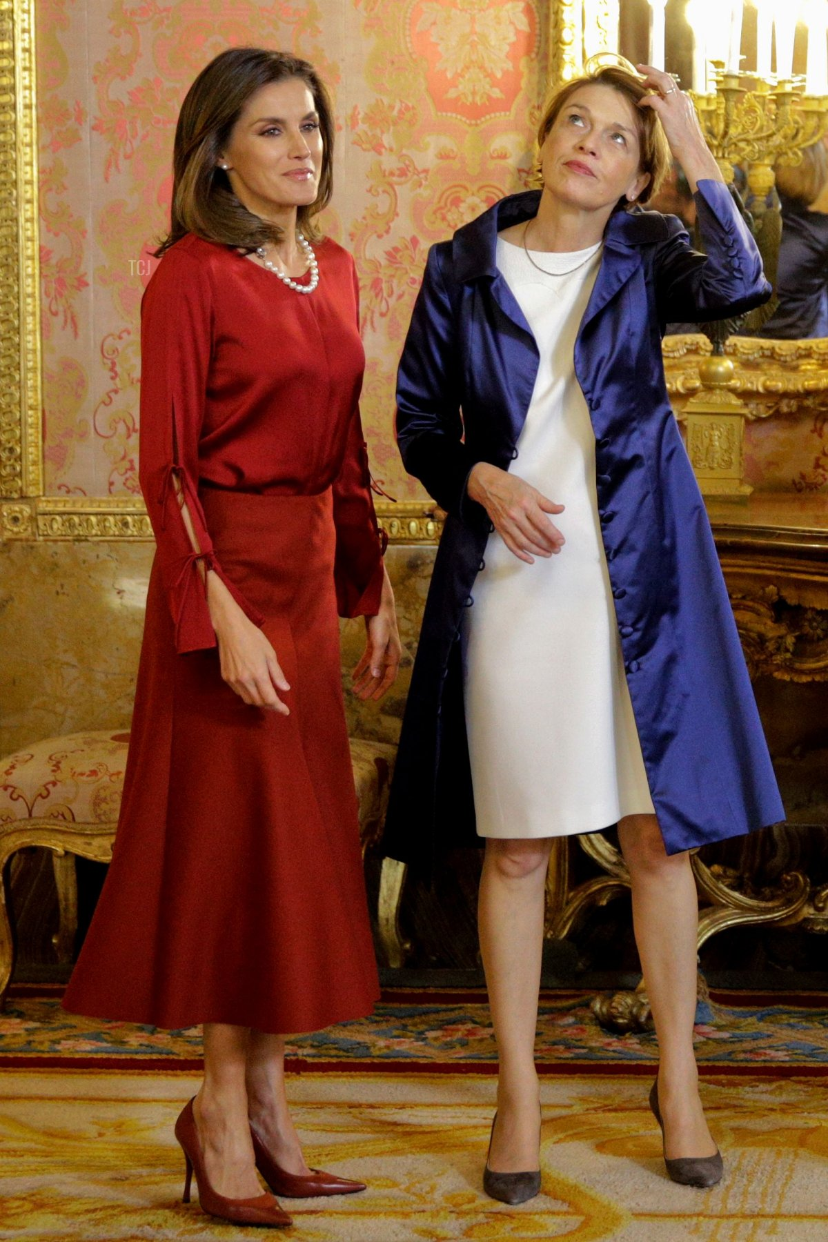 Spain´s Queen Letizia (L) welcomes Elke Budenbende, wife of German President Frank-Walter Steinmeier, at the Royal Palace in Madrid on October 24, 2018