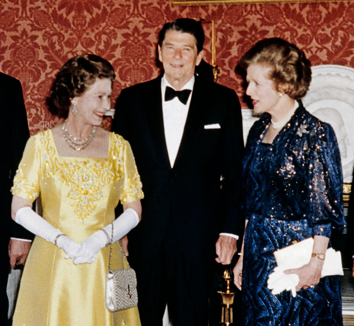 Britain's Queen Elizabeth II poses on June 9, 1984 at Buckingham Palace with Economic Summit leaders: (from L to R) French President François Mitterrand, Japanese Prime Minister Yasuhiro Nakasone, British Prime Minister Margaret Thatcher, Us President Ronald Reagan, Chancelor Helmut Kohl of West Germany and Italian Prime Minister Bettino Craxi. - The seven industralized nations adopted three separate statements, on east-west relations, the gulf conflict and international terrorism