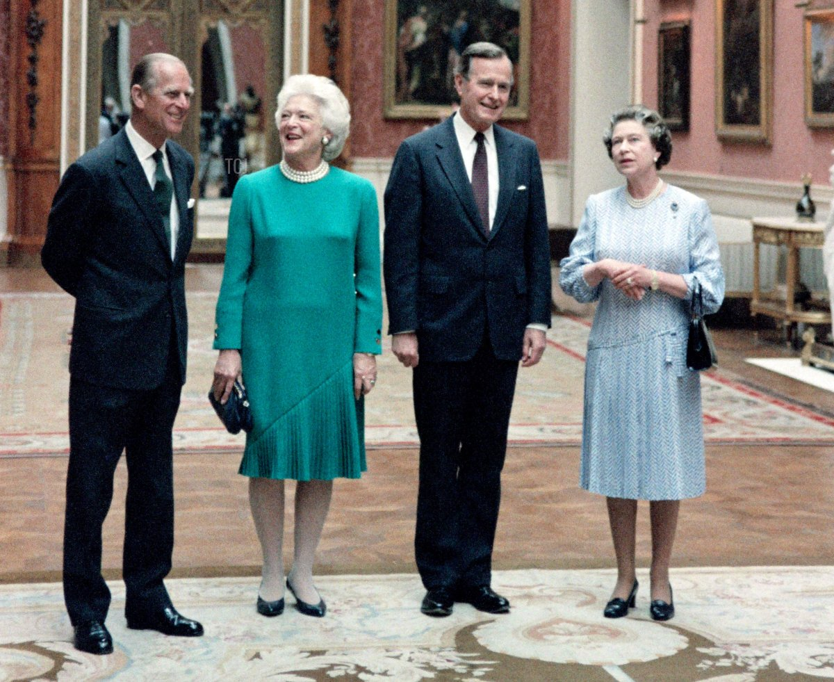 Britain's Queen Elizabeth II, US President George Bush, his wife First Lady Barbara and Prince Philip, Duke of Edinburgh pose at Buckingham Palace on June 1, 1989 in London