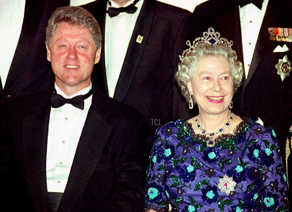 US President Bill Clinton and Britain's Queen Elizabeth II smile for the cameras during the group photo session at the Guildhall 04 June 1994 prior to a celebratory banquet for the 50th anniversary of the D-Day invasion of Normandy