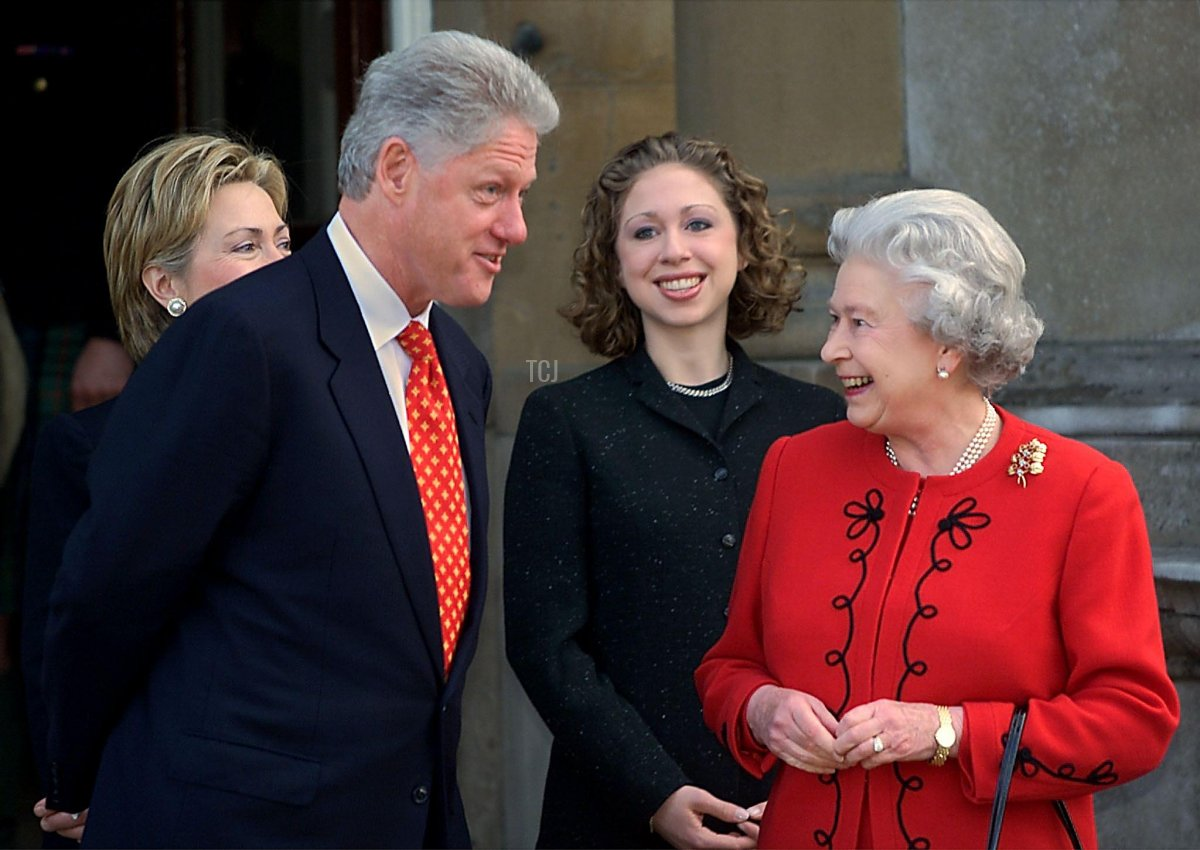 US President Bill Clinton (2nd L) talks with Elizabeth II (R) along with the First Lady Hillary Rodham Clinton (L) and daughter Chelsea (2nd R) at the Garden Entrance of Buckingham Palace 14 December, 2000 in London, England. The Clintons had tea with the Queen as they were wrapping up their three day trip to Ireland, North Ireland and the UK