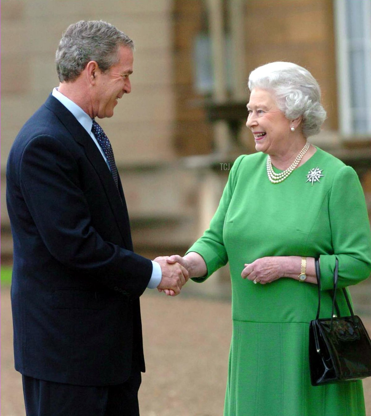 US President George W. Bush bids farewell to Britain's Queen Elizabeth II at Buckingham Palace, 21 November 2003, before traveling to the Sedgefield constituency of British Prime Minister Tony Blair. President Bush and his wife are on the last day of their three-day state visit to the UK