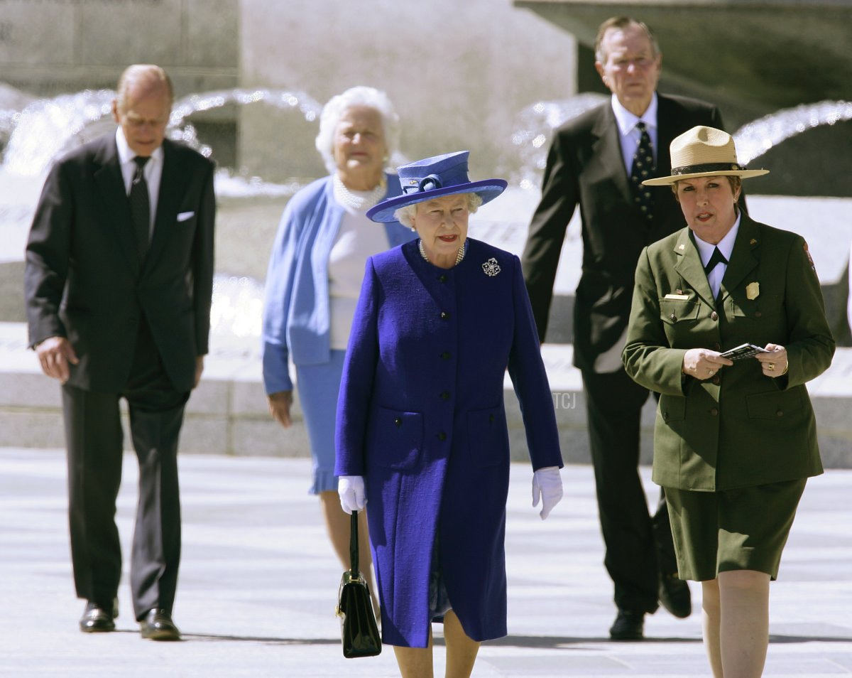 Britain's Queen Elizabeth II and Prince Philip, Duke of Edinburgh (L), former President George Bush and First Lady Barbara and United States Park Service Director Mary Bomaras (R) during a visit the National World War II Memorial in Washington, DC 08 May 2007