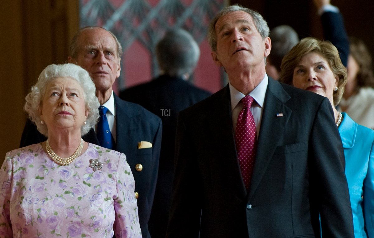 Britain's Queen Elizabeth II (L) and Prince Philip, Duke of Edinburgh (2nd L) give a tour of St George's Hall to US President George W. Bush (2nd R) and his wife, First Lady Laura Bush (R) at Windsor Castle, in Windsor, Berkshire, west of London, on June 15, 2008. US President George W. Bush arrived in Britain on Sunday to meet Queen Elizabeth II and hold talks with Prime Minister Gordon Brown on issues including Iraq and Iran's suspect nuclear programme. Bush, whose presidential Air Force One airplane landed just after 1:50 pm (1250 GMT), came to Britain after stops in Slovenia, Germany, Italy, the Vatican and France on a European farewell trip