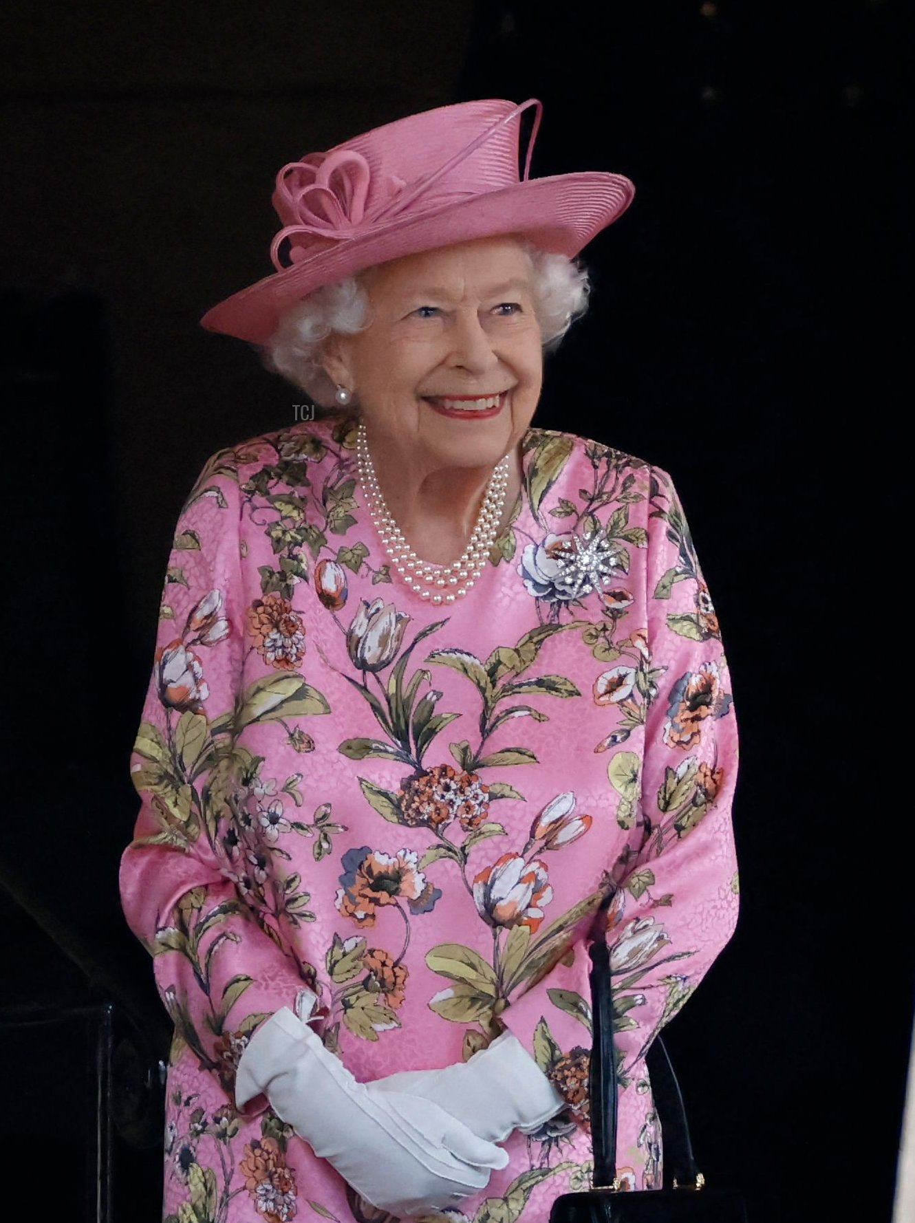 Britain's Queen Elizabeth II (R) waits to greet US President Joe Biden and US First Lady Jill Biden at Windsor Castle in Windsor, west of London, on June 13, 2021 for an engagement with Britain's Queen Elizabeth II. - US president Biden will visit Windsor Castle late Sunday, where he and First Lady Jill Biden will take tea with the queen