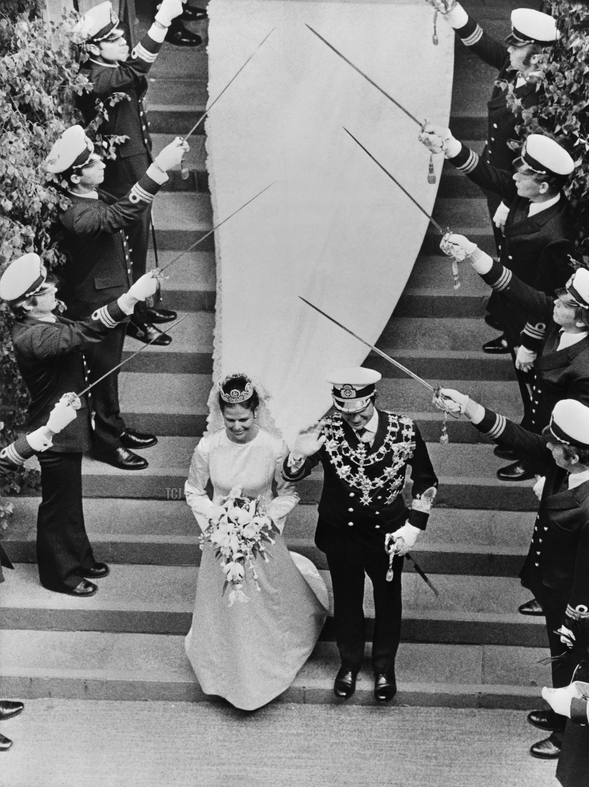 """A picture taken on June 19, 1976 in Stockholm shows King Carl XVI Gustaf of Sweden with Miss Silvia Sommerlath climbing down the stairs of the """"Storkyrken"""" Refomed church during their wedding ceremony"""