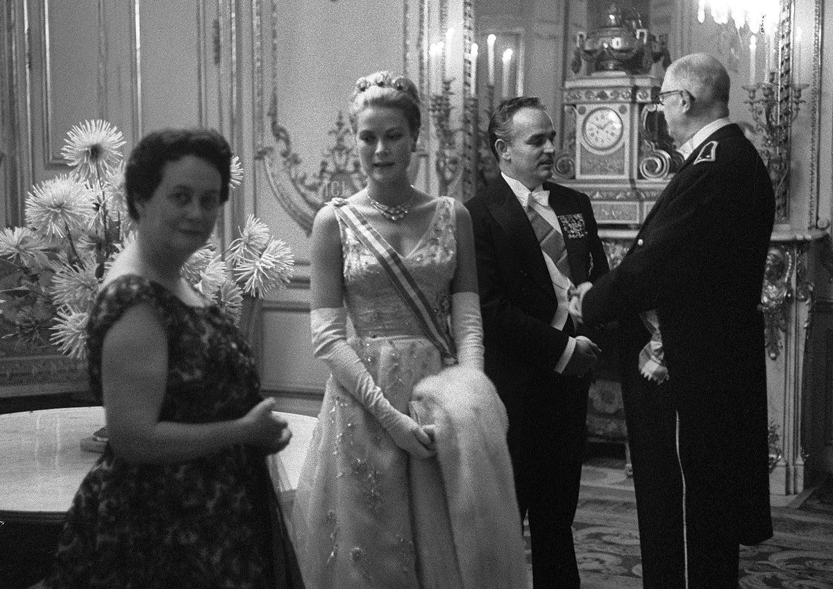 French President Charles de Gaulle (R) chats with Prince Rainier of Monaco (2nd R) as wifes Yvonne (L) and Princess Grace wait, 13 October 1959 prior a dinner at the Elysee Palace in Paris