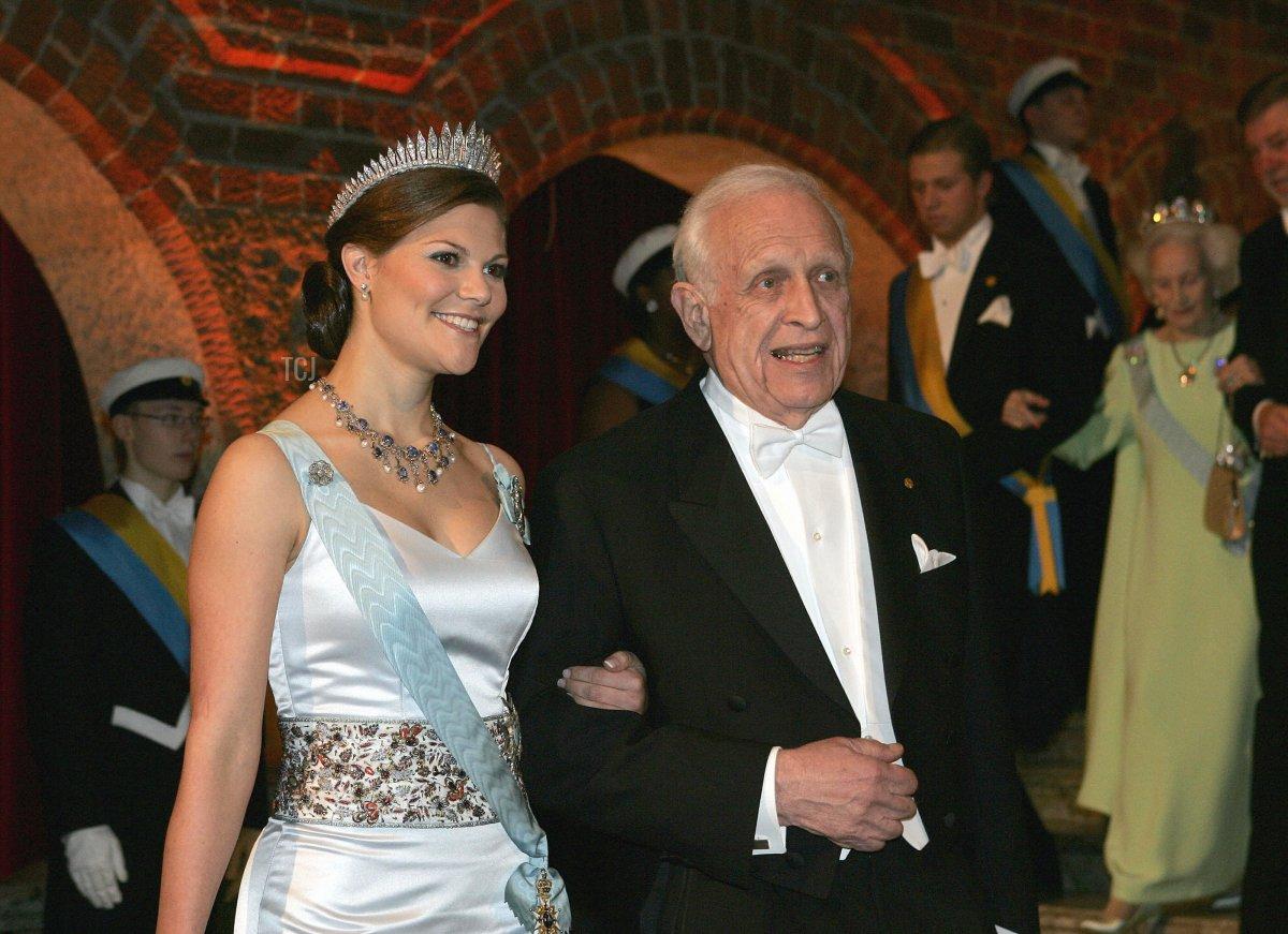 Stockholm, SWEDEN: US Professor Roy J. Glauber, Nobel prize lauerate in Physics, escorts Swedish Crown Princess Victoria to the Nobel Banquet at Stockholm's City Hall, 10 December 2005
