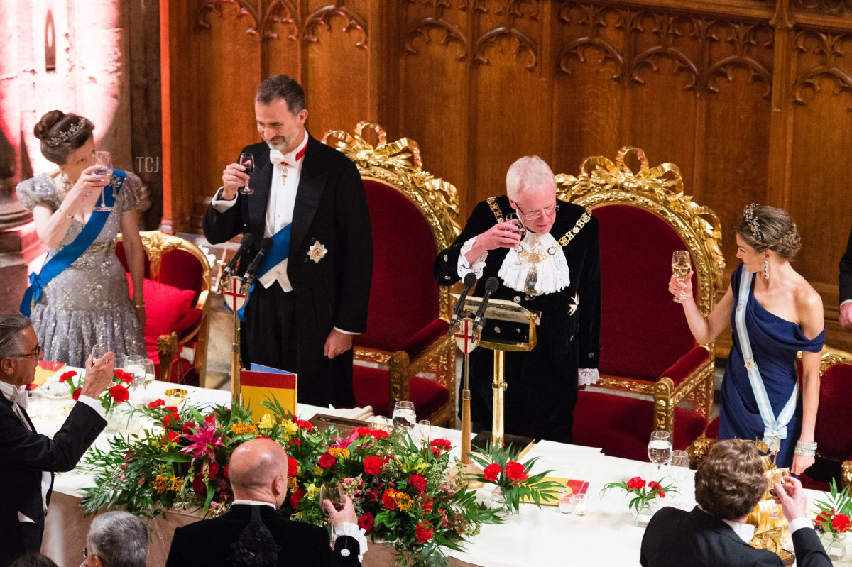 Princess Anne, Princess Royal, King Felipe VI of Spain, Andrew Parmley, Lord Mayor of London and Queen Letizia of Spain raise a toast as they attend the Lord Mayor's Banquet at the Guildhall during a State visit by the King and Queen of Spain on July 13, 2017 in London, England