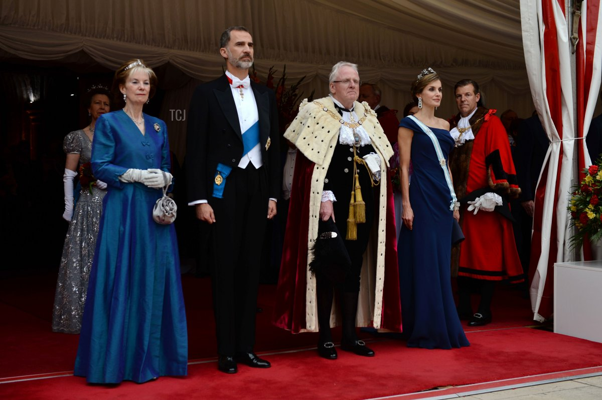 Lady Mayoress Wendy Parmley (L), Spanish King Felipe VI (2nd L), Lord Mayor, Andrew Parmley (2nd R) and Spanish Queen Letizia (R) arrive for a banquet at Guildhall in central London on July 13, 2017, on the second day of the Spanish King and Queen's three-day state visit