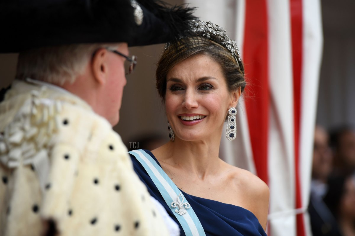 Spanish Queen Letizia (R) speaks with he Lord Mayor, Andrew Parmley (L) as Spanish King Felipe VI (not pictured) inspects a Guard of Honour at Guildhall in central London on July 13, 2017, on the second day of the Spanish King and Queen's three-day state visit