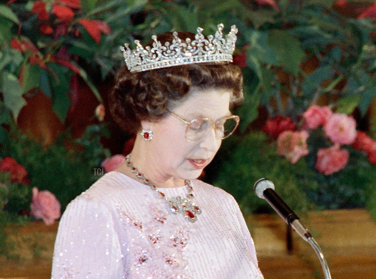 Britain's Queen Elizabeth II (L) reads a speech during a banquet with President of the People's Republic of China Li Xiannian at the Great Hall of the People in Beijing on October 13, 1986