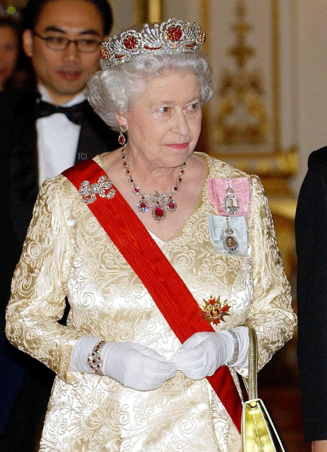 Britain's Queen Elizabeth II and President Roh Moo-Hyun of South Korea arrive for a state banquet at Buckingham Palace, in London, 01 December 2004, on the second day of the president's state visit to the capital