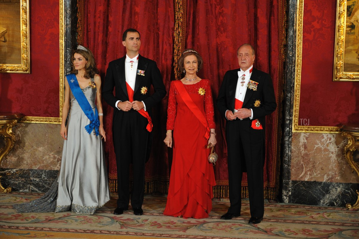 Princess Letizia , Prince Felipe, Queen Sofia and King Juan Carlos I pose before a gala dinner with French President Nicolas Sarkozy and his wife Carla Bruni-Sarkozy at the Royal Palace in Madrid, on April 27, 2009