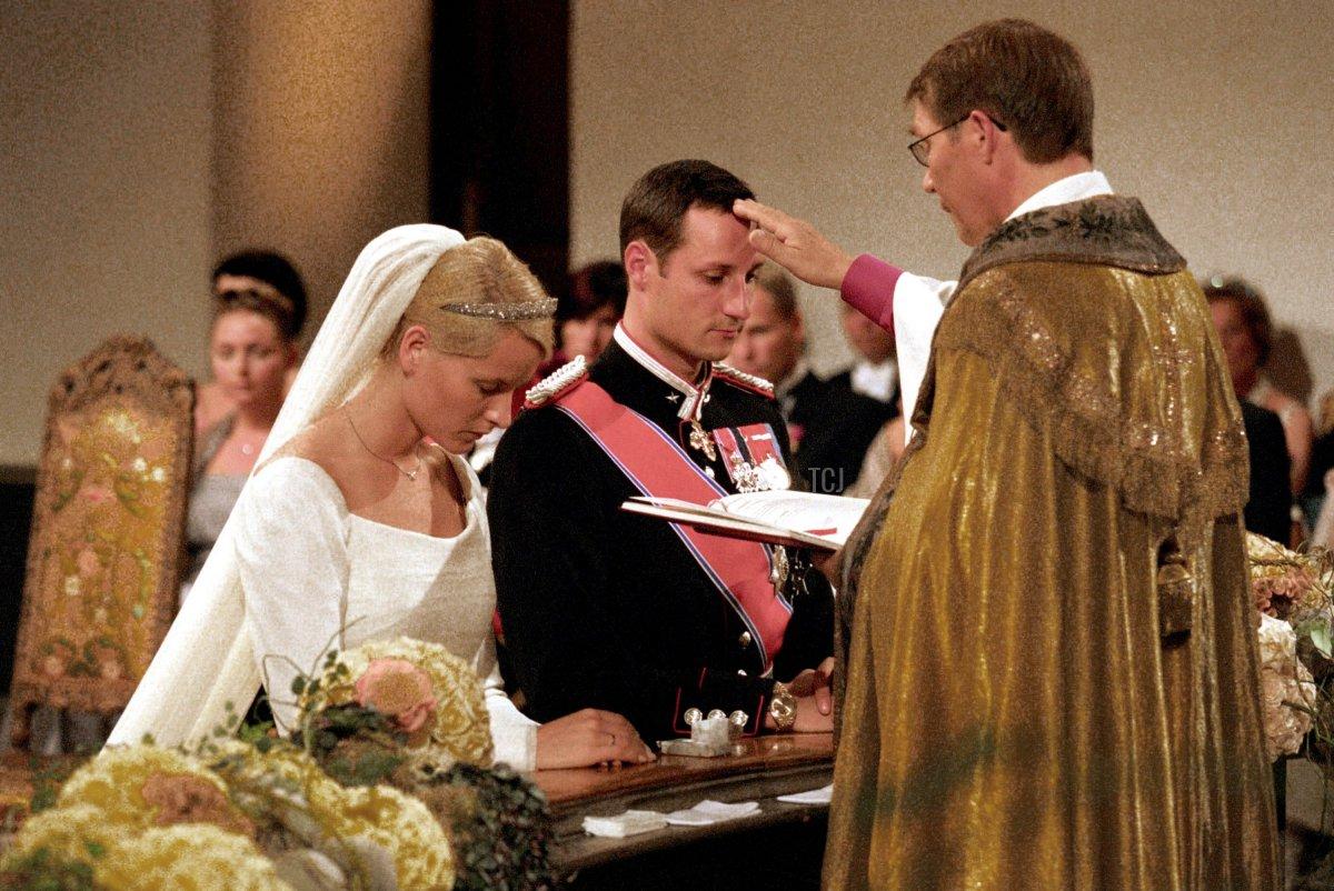 Norwegian Crown Prince Haakon and Mette-Marit Tjessem Hoiby take their wedding vows August 25, 2001 in Oslo