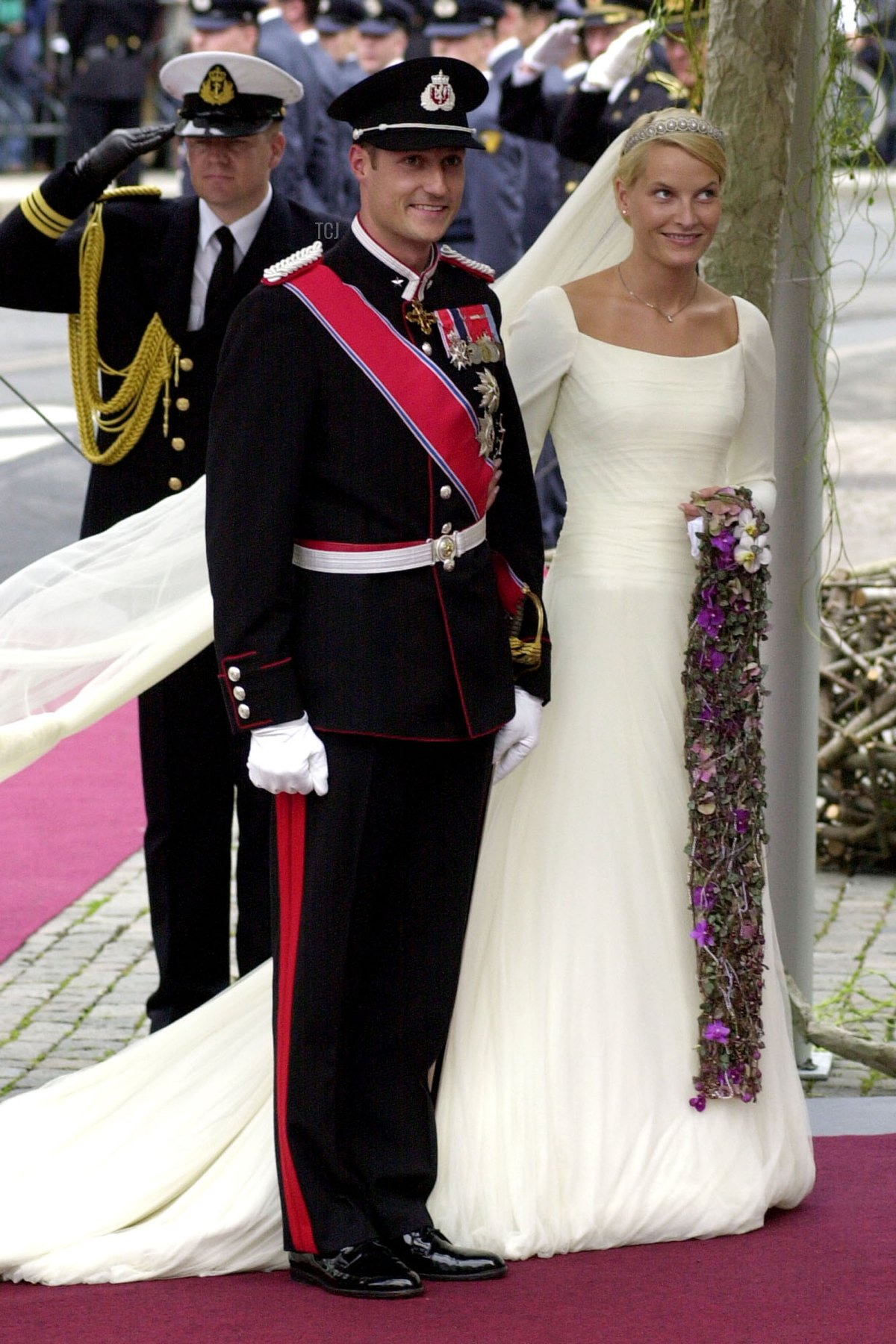 Norwegian Crown Prince Haakon and Mette-Marit Tjessem Hoiby arrive for their wedding August 25, 2001 at the Oslo Cathedral
