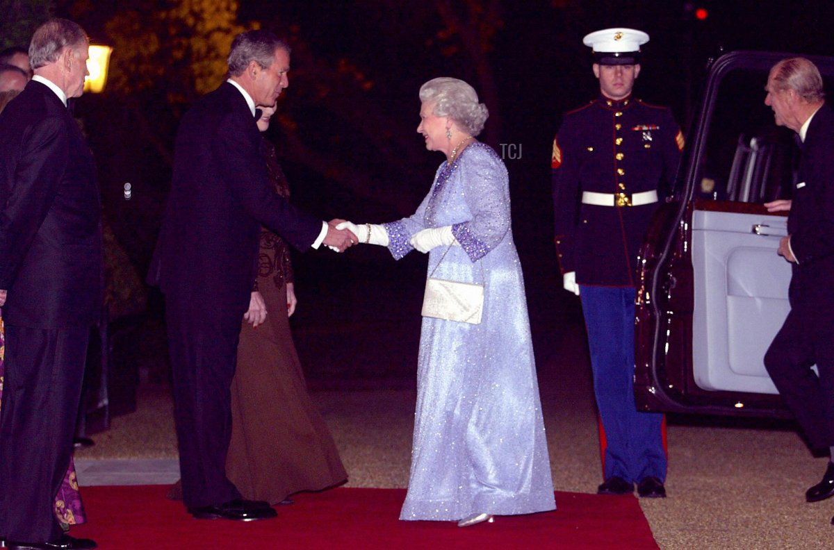 U.S. President George W. Bush (2nd L) greets Britain's Queen Elizabeth II (C) at Winfield House, the home of U.S. Ambassador William Farish (L), 20 November 2003 in London for the return banquet