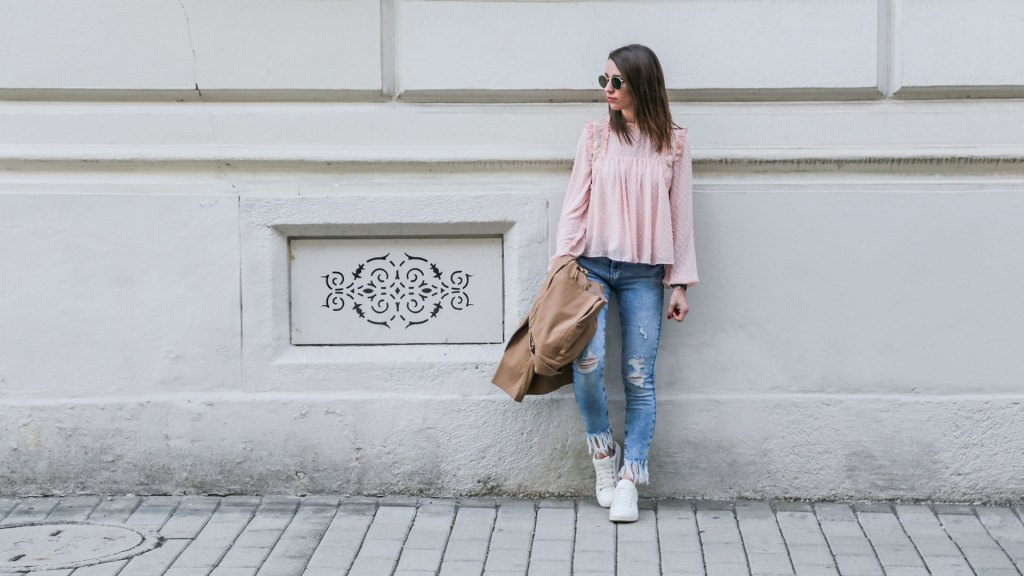 thediaryofbianca Beitragsbild_Outfit_rosa-Bluse-destroyed-jeans-white-sneaker-trenchcoat