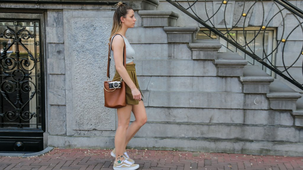 thediaryofbianca Beitragsbild_Outfit_Shorts-Top-und-Sneaker_Amsterdam-2