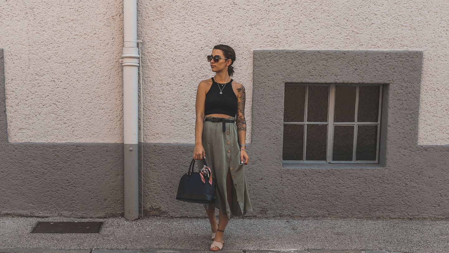 Bowling Bag, Midi Skirt, Crop Top & Pantoletten