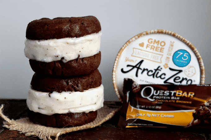Healthy ice cream sandwich recipe. This has got to be the most ingenious way to make healthy ice cream sandwiches. #HealthyIceCream #WeightWatchers