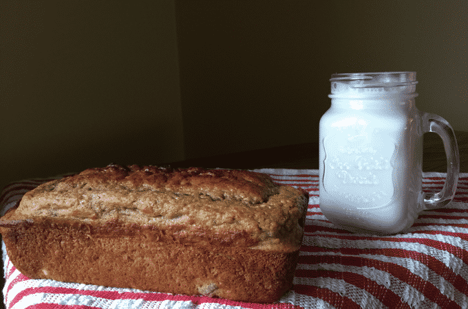 How to make healthy banana bread. This banana bread recipe is jam packed with flavor! So easy too! You have to try it. Thedietchefs.com