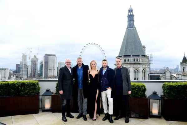 """Jennifer Lawrence posando junto a los protagonistas de """"Gorrión Rojo"""" en Londres."""