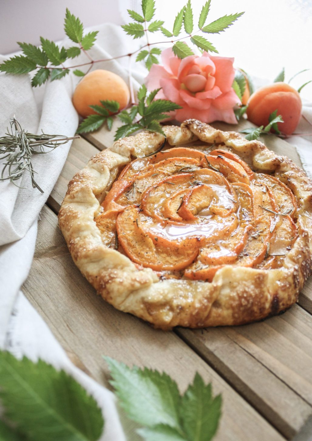Summer Fruit & Herb Pairings :: Apricot + Rosemary Pie || Dreamery Events