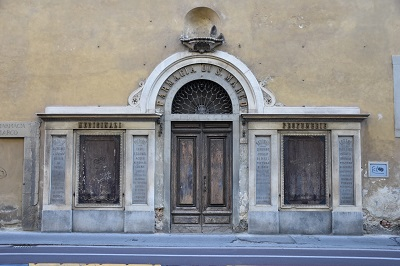 A familiar site coming from and going to our Hotel Giglio - an old entrance to a farmacia on Via Cavour.