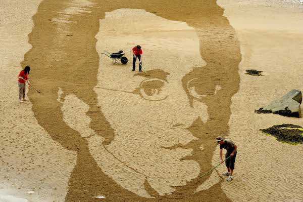 FREE PIC- Schubert Sand Drawing at East Neuk Fest 05