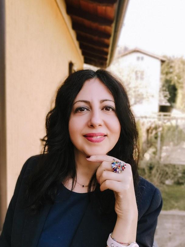 Isabella The Fashion Cherry Diary vestita in blu indossa alla mano un anello grande di cristalli