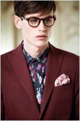 Model Jakub Pastor dons a sartorial suiting number that is updated with a dress shirt featuring a lively print.