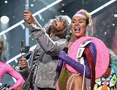 LOS ANGELES, CA - AUGUST 30: Musician Wayne Coyne of The Flaming Lips (L) and host Miley Cyrus, styled by Simone Harouche, perform onstage during the 2015 MTV Video Music Awards at Microsoft Theater on August 30, 2015 in Los Angeles, California. (Photo by John Shearer/Getty Images)