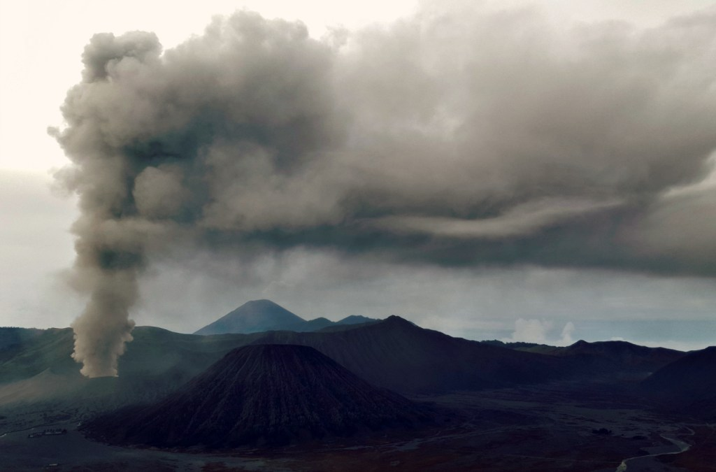 mount-bromo-eruption-java-indonesia-tengger