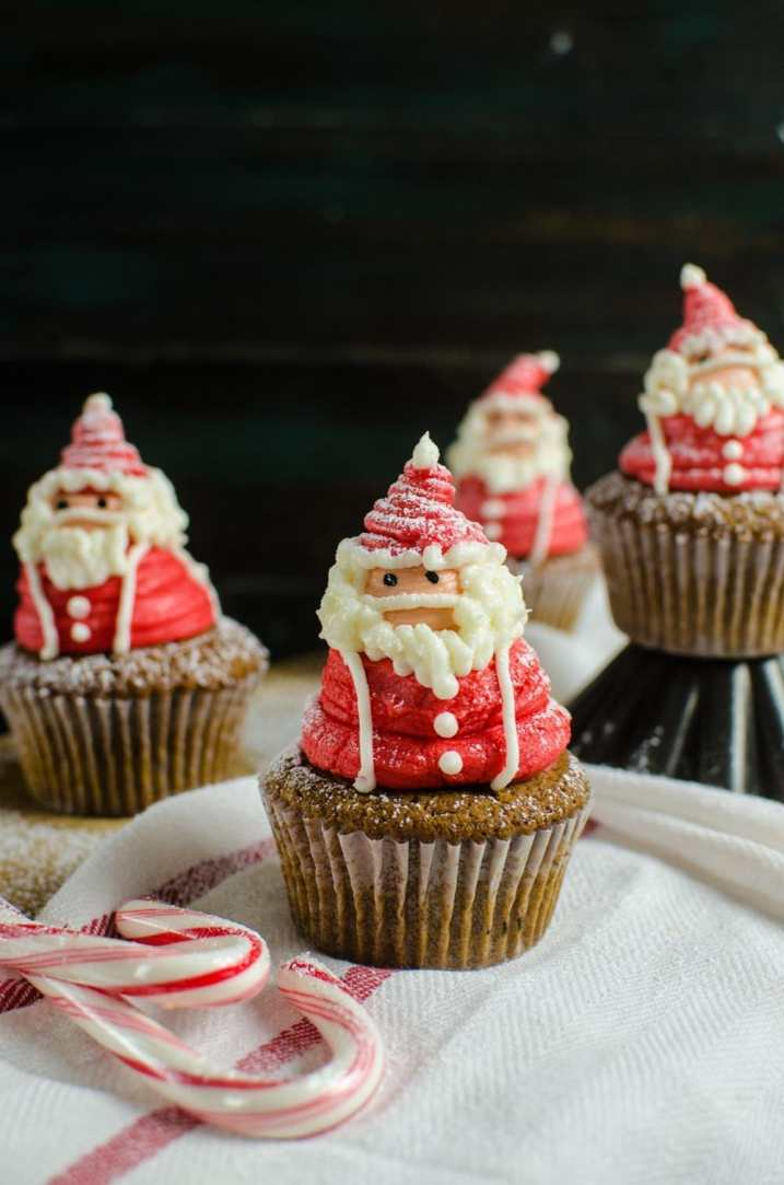 Santa Claus Cupcakes - An easy to follow STEP BY STEP (GIF & Printable) frosting guide for awesome Santa Claus Cupcakes (Christmas cupcakes) with a cream cheese frosting decoration!