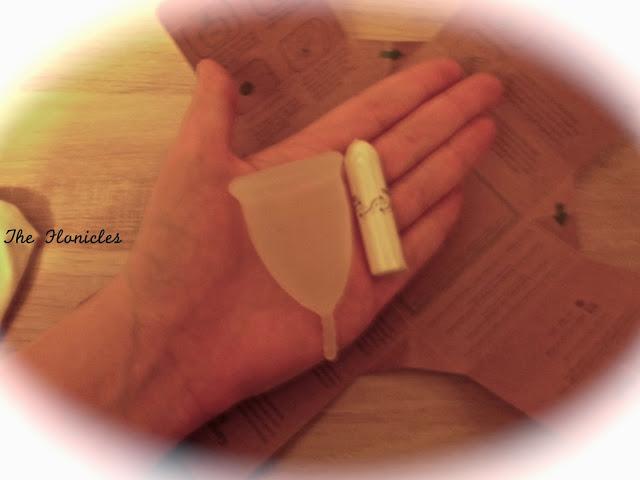 Comparaison de la taille d'une coupe menstruelle et d'un tampon compact