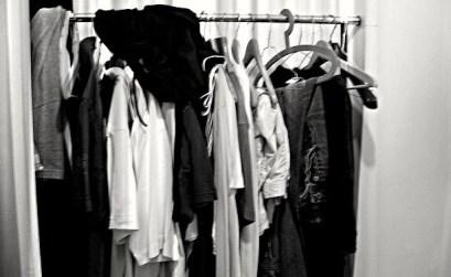 portant de vêtements mal rangés