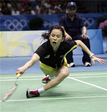 badminton player straining foot