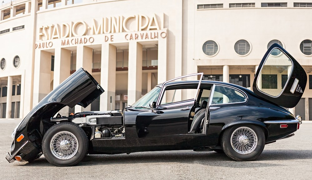 6ec42a642f0 Um Encontro de Clássicos  Jaguar E-type e Estádio do Pacaembu