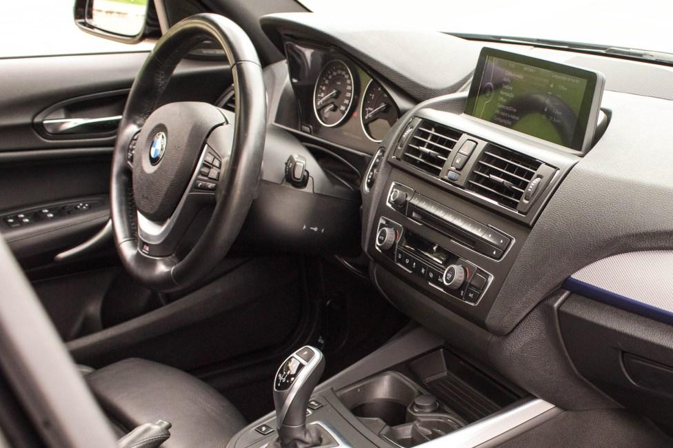 2013-BMW-M135i-a-venda-the-garage-painel-passageiro