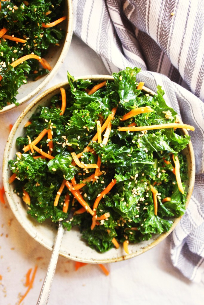 Crunchy Sesame Kale Salad [21 Day Fix] - If you are searching for a fresh, flavorful, and super healthy meal, look no further. This is your winner! This salad is just absolutely delicious. TheGarlicDiaries.com
